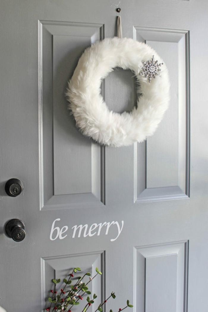 bonita corona blanca en estilo nórdico, motivos navideños bonitos para añadir un toque festivo y acogedor a tu casa