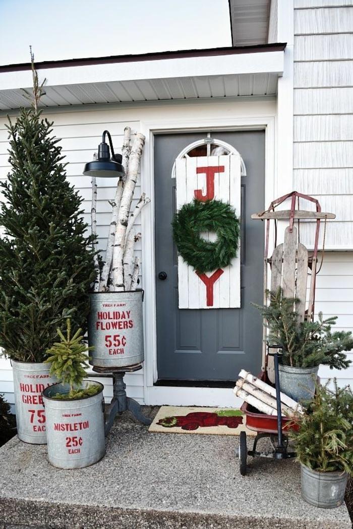 decoración casera original, ideas de motivos navideños para decorar la puerta de tu casa, porche en estilo rústico