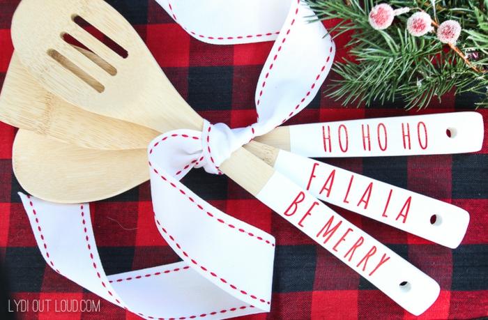 geniales ideas para regalar en navidad, cucharas de madera con detalles navideños, ideas de regalos para suegras unicos