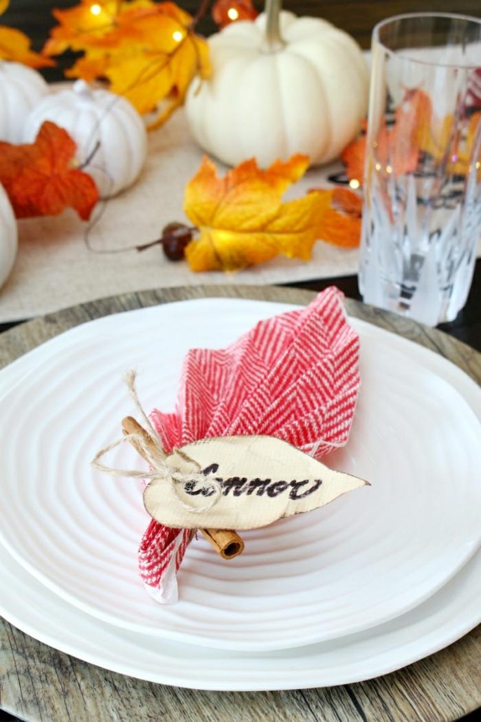 precioso detalle decorativo con una servilleta de papel, decoración de la mesa con detalles temáticos para el otoño
