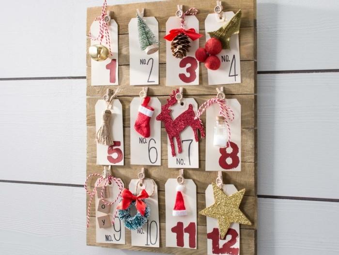 bonito calendario hecho con etiquetas de papel, cifras y pequeños detalles adornos navideños bonitos, decoración para navidad