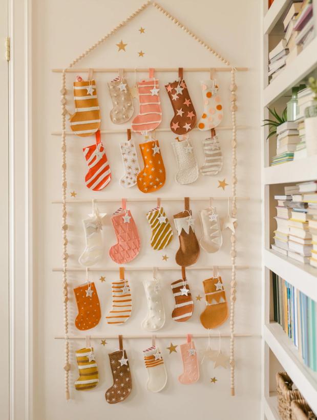 fotos de calendarios de adviento personalizados, ideas de decoración salón para Navidad, tutoriales paso a paso