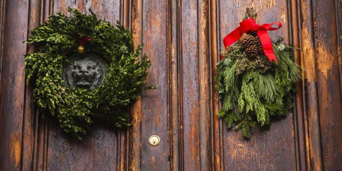 dos detalles simples para decorar tu puerta en diciembre, coronas navideñas verdes de materiales naturales en fotos