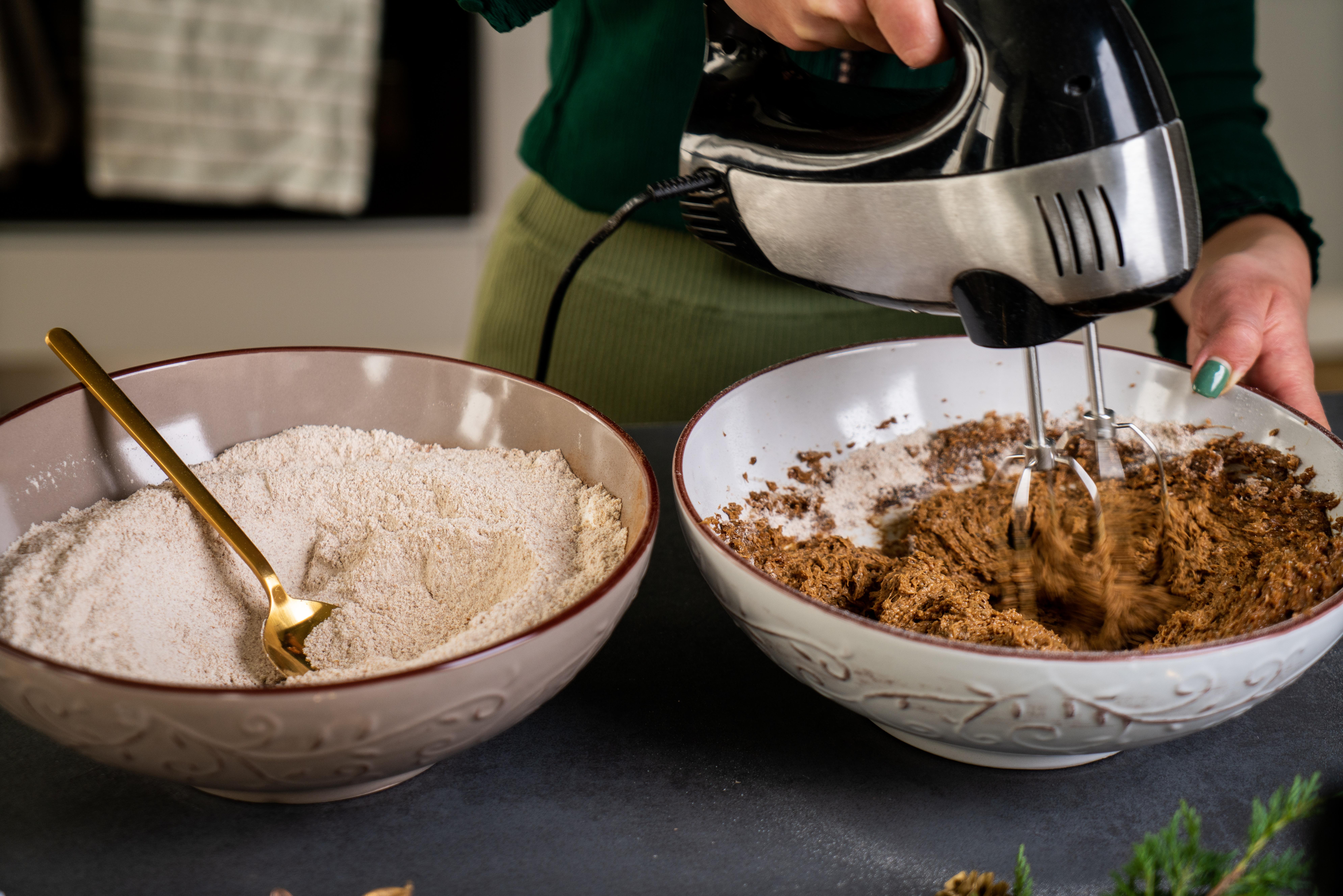 pasos para preparar galletas caseras fáciles de hacer, mezclar con batidora eléctrica los ingredientes húmedos, pasos en fotos