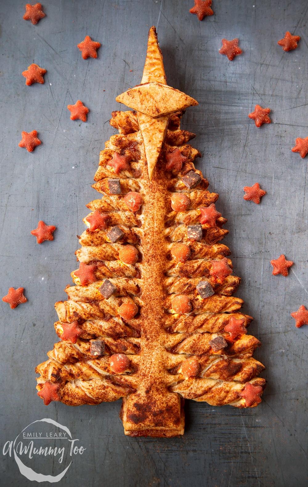 árbol casero dulce con manzanas y canela, postres de hojaldre ricos y super fáciles de preparar para navidad, recetas paso a paso