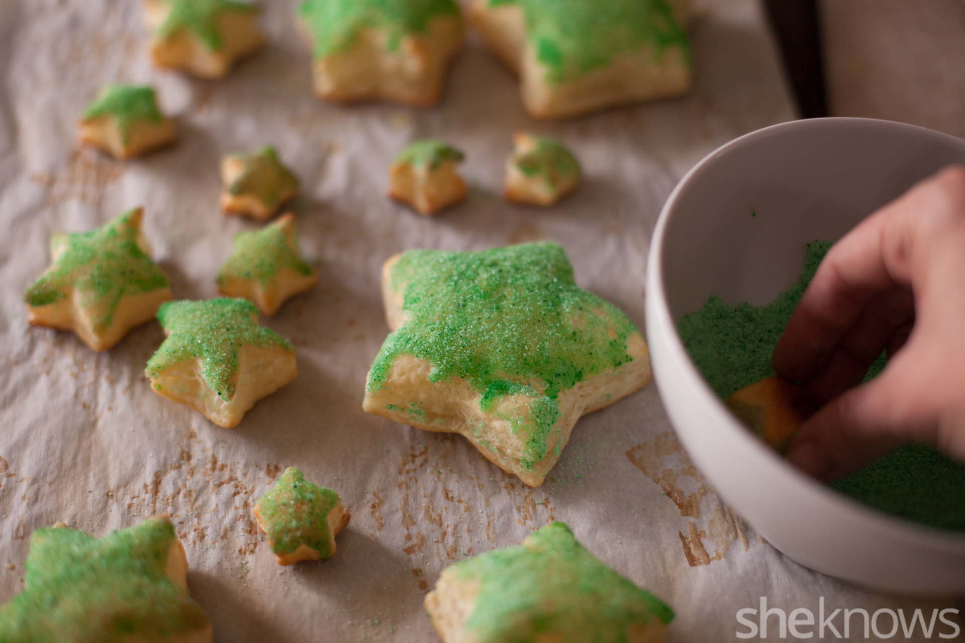 como hacer un centro de mesa DIY hecho de pequeñas galletas de hojaldre en forma de estrella, ideas de postres faciles para navidad