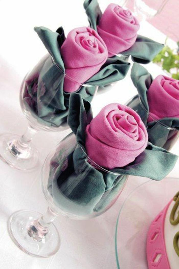 servilletas en copas de vino, servilletas de tela en gris y rosado en forma de rosas, como doblar servilletas de papel para navidad