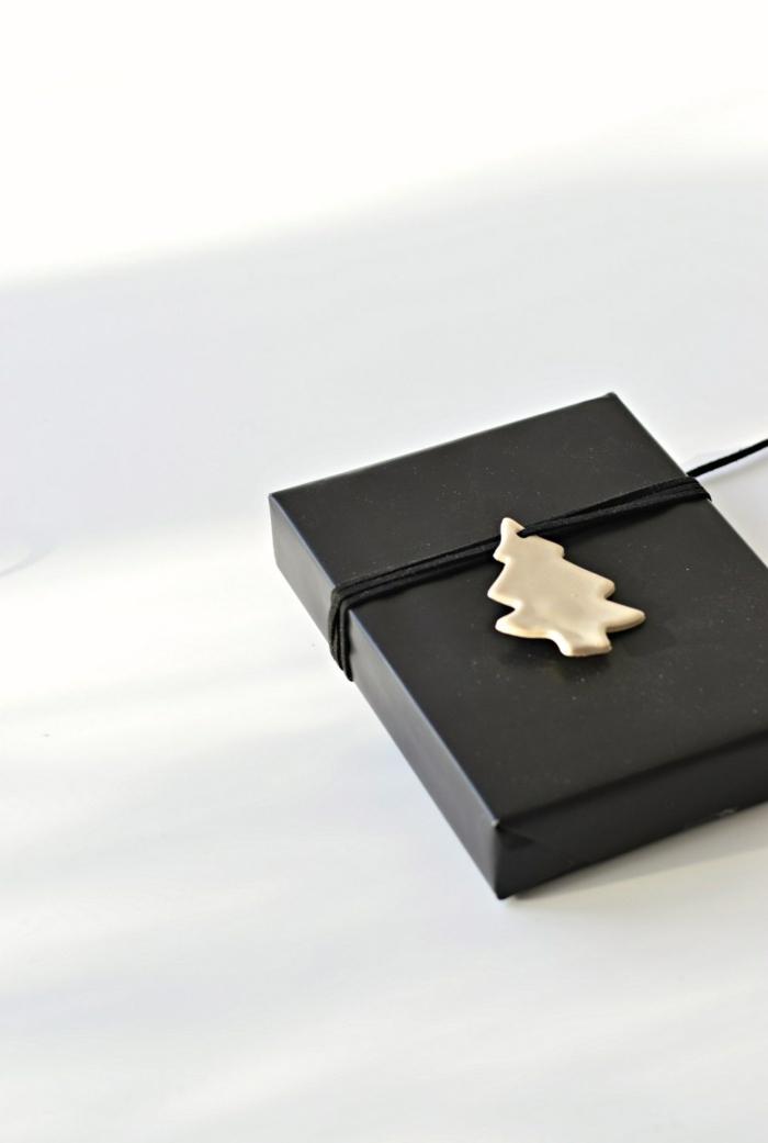 creativas ideas para regalar en navidad, bonto adorno en forma de árbol para decorar tus regalos navideños este diciembre