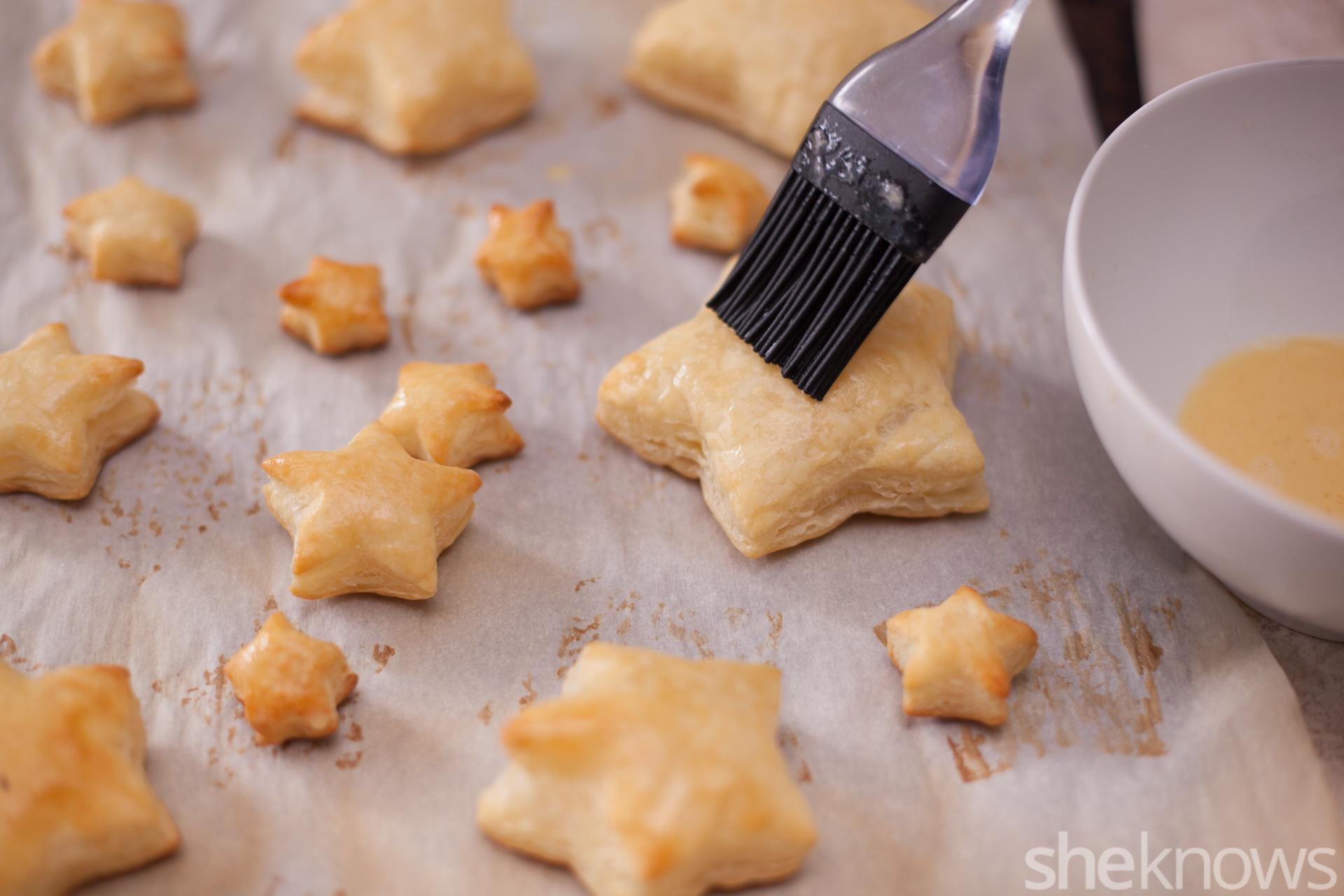como hacer mini galletas de masa de hojaldre en forma de estrellas, propuestas de postres faciles para navidad en fotos