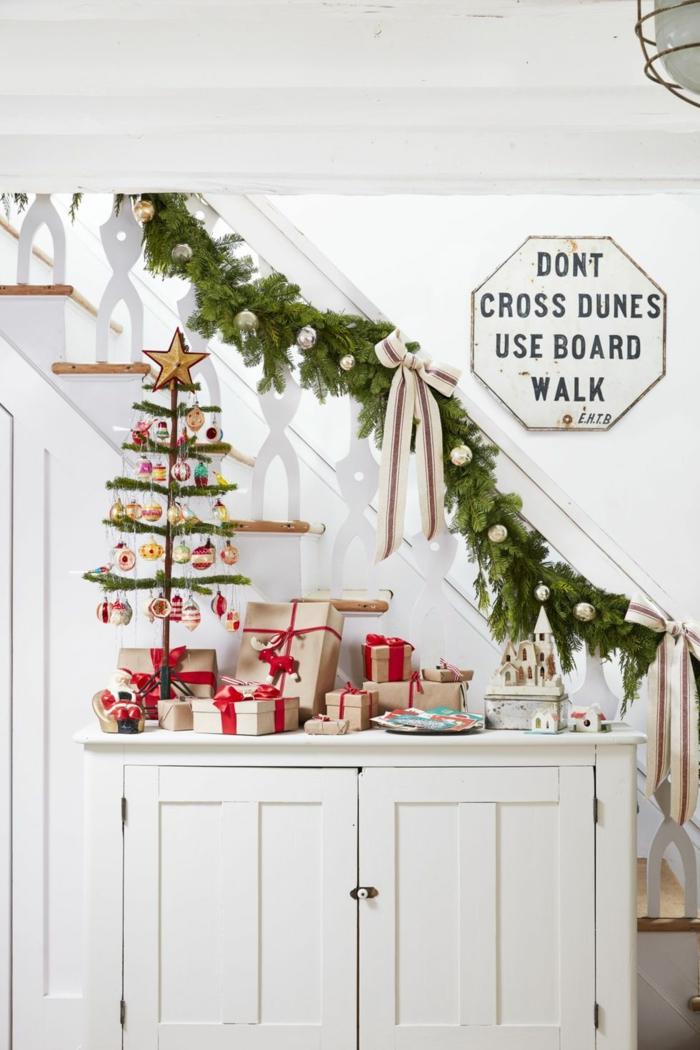 escaleras decoradas con guirnaldas verdes con adornos navideños, manualidades de navidad faciles y bonitas 2019