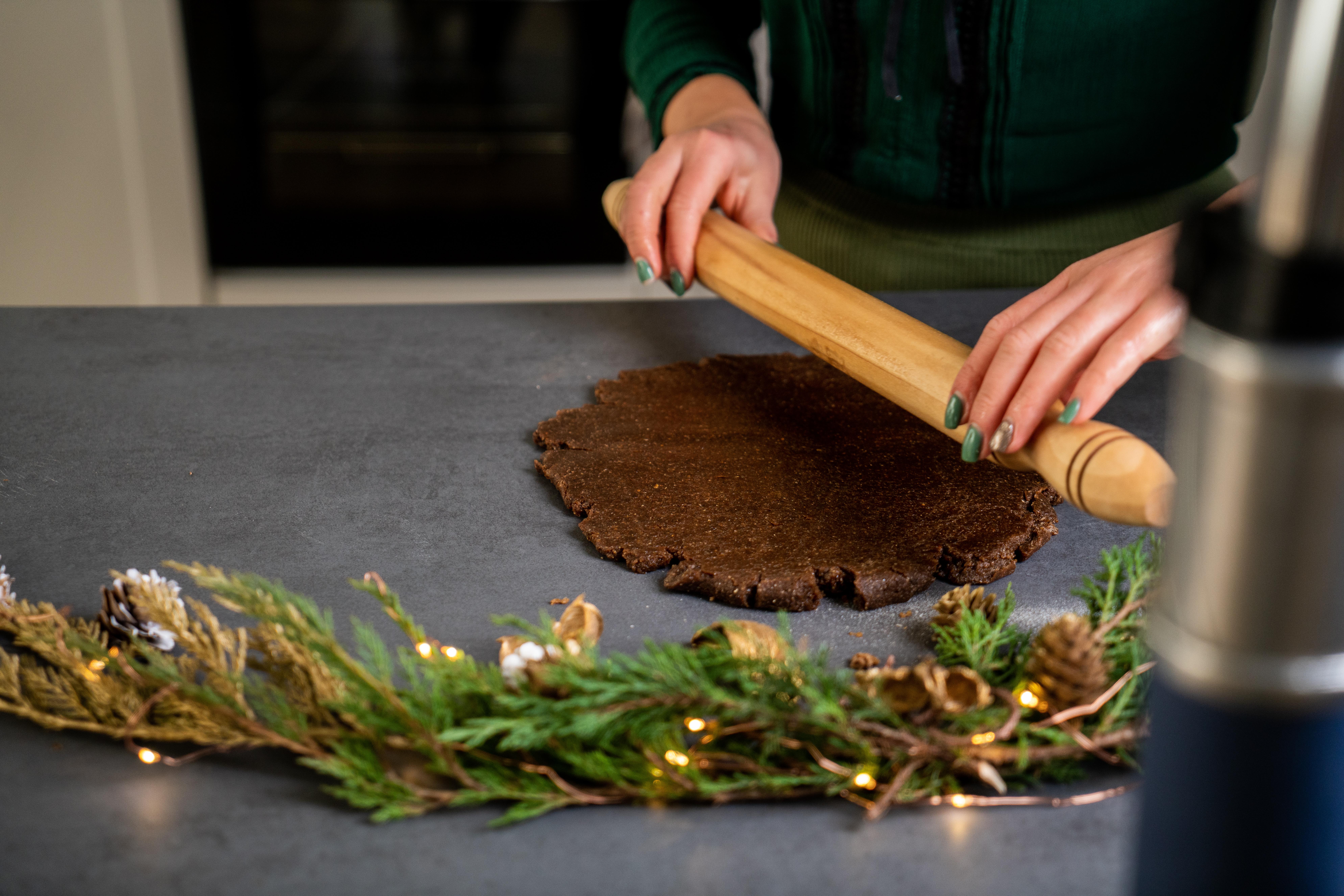 pasos para preparar galletas caseras con jengibre, estirar masa con manteca de coco, ideas de recetas saludables caseras
