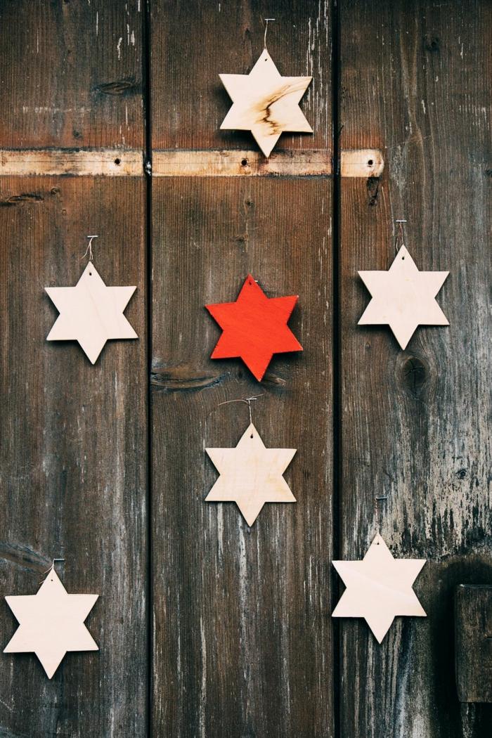 pequeños detalles de madera en forma de estrellas para decorar la puerta de entrada, decoración rústica minimalista