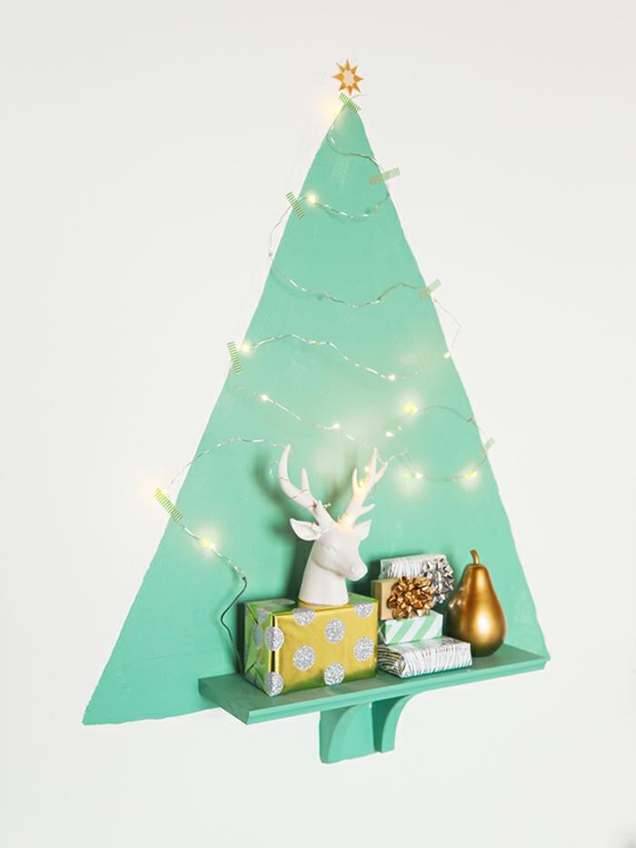 las ideas más originales sobre cómo decorar la casa en navidad, dibujo en la pared color azul con bombillas decorativas