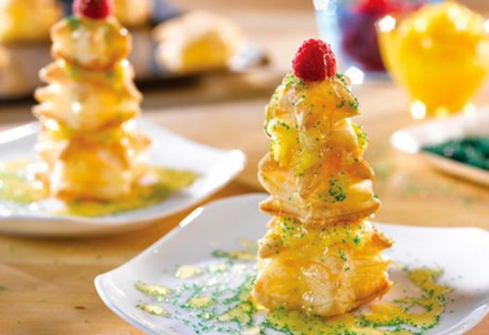 ricos postres navideños decorados para una cena de navidad con amigos, ideas de recetas con hojaldre dulces y saladas