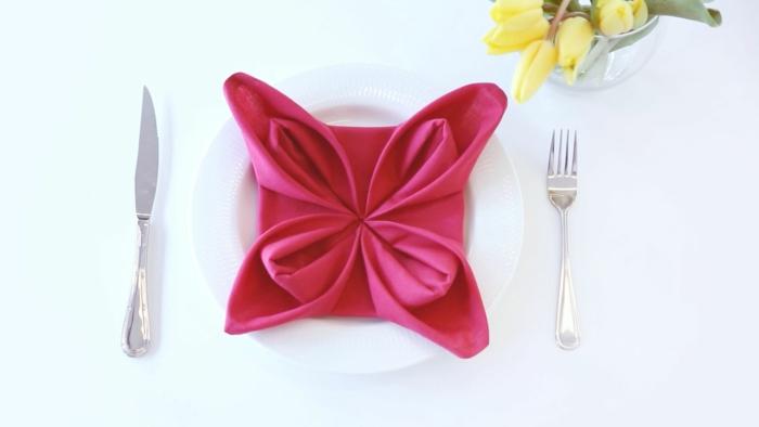 preciosa flor hecha de una servilleta color rosado, como doblar servilletas elegantes, ideas para principiantes, manualidades para decorar la casa