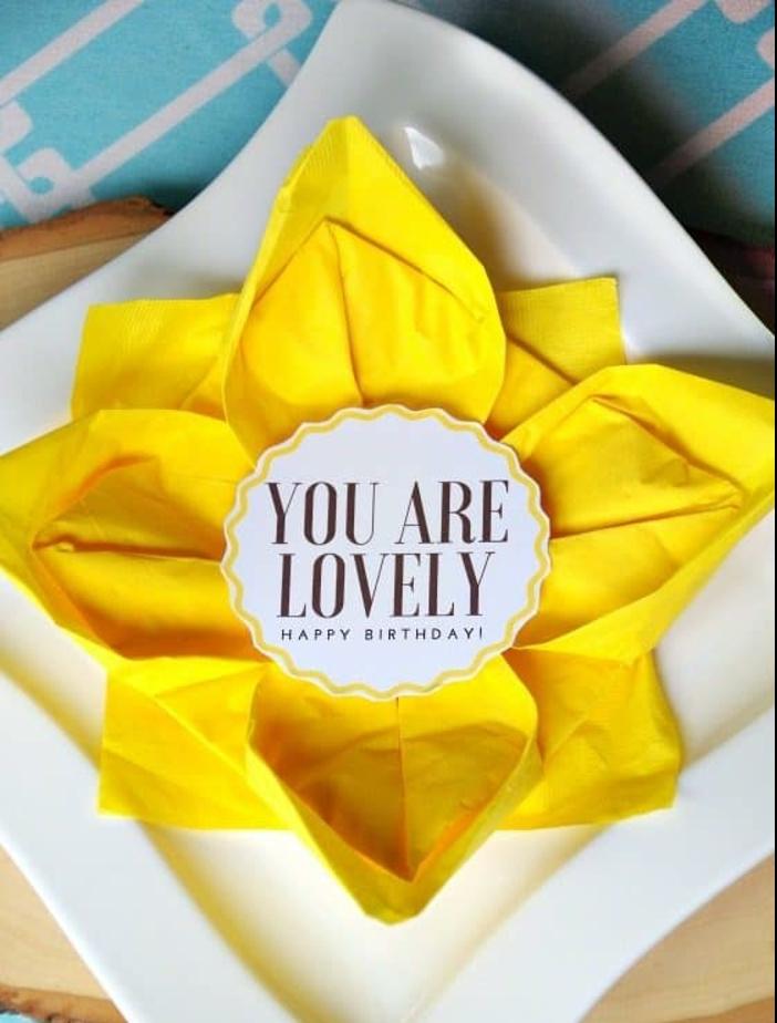 ideas de decoración con servilletas, grande servilleta de papel color amarillo vibrante, decoración mesa paso a paso