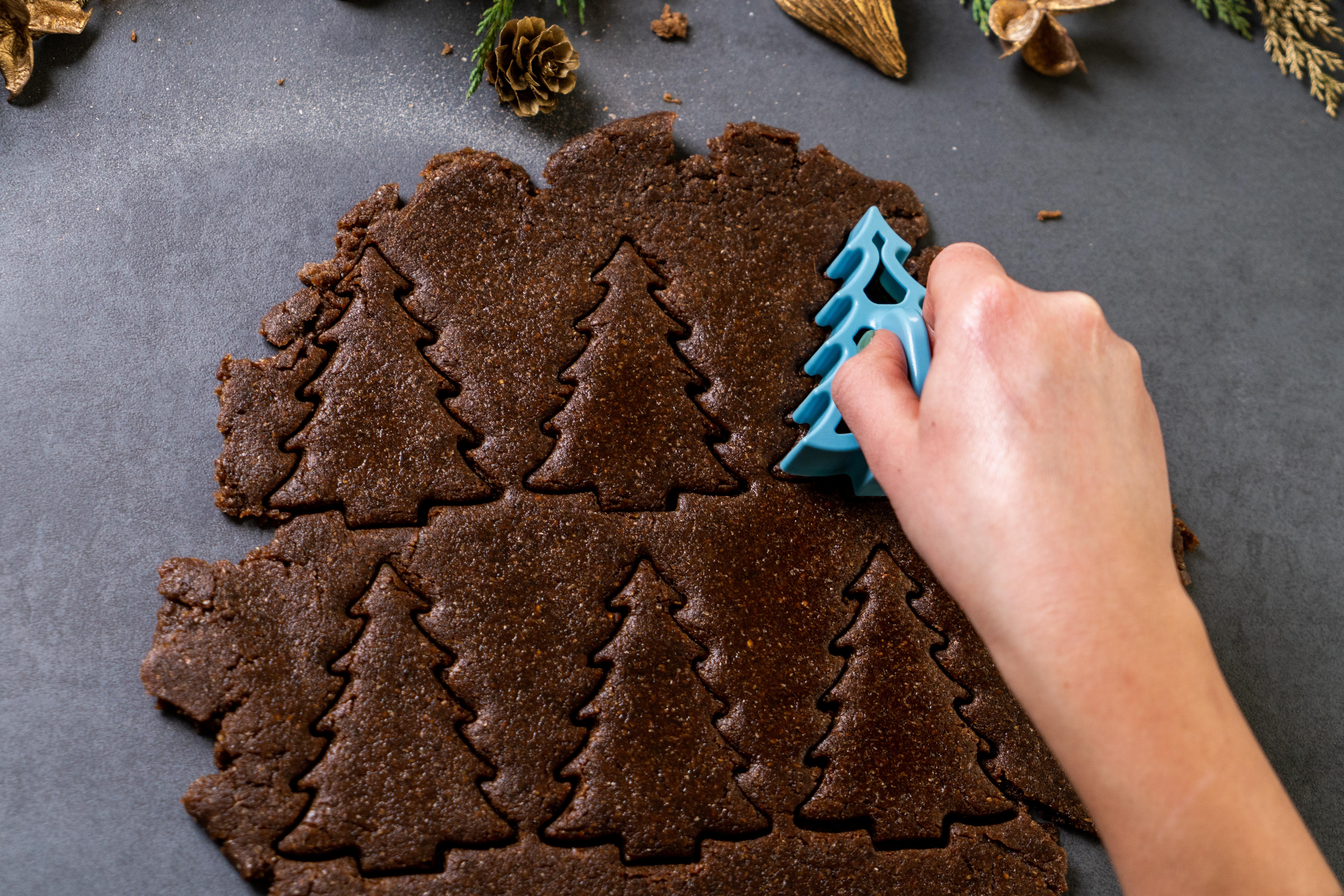 galletas en forma de árbol navideño hechos con jengibre, canela, harina integral y manteqilla de coco, pasos para prepararlos