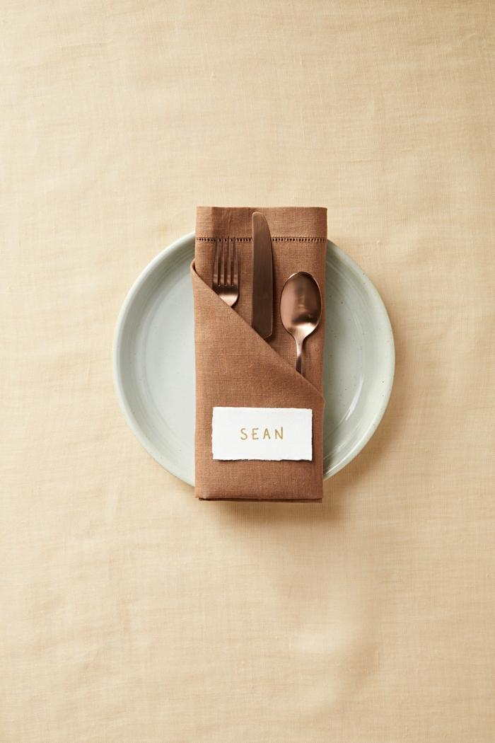 ideas decorativas para decoración de la mesa en navidad y otras fiestas, como doblar servilletas de papel para navidad