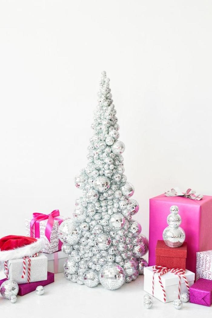 precioso árbol navideño en color plateado, ideas para decorar la casa, las últimas tendencias en decoración para Navidad