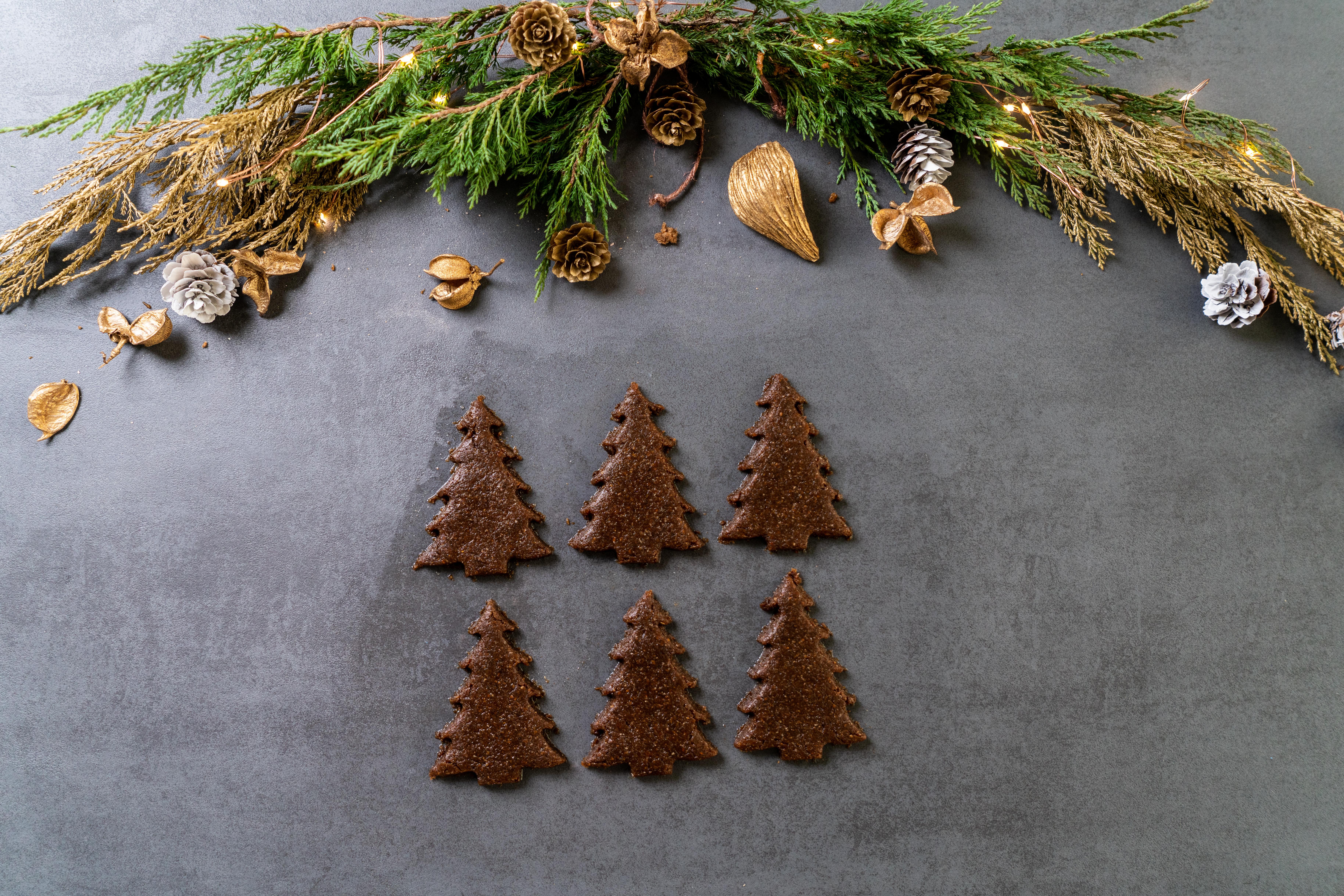 galletas de jengibre en forma de árboles navideños para colocar en el horno, recetas de galletas saludables fáciles de hacer