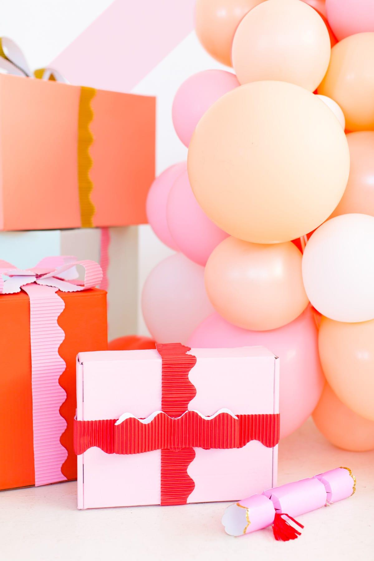 coloridas ideas para hacer decoración navideña DIY, fotos de manualidades para navidad, decoracion con globos paso a paso