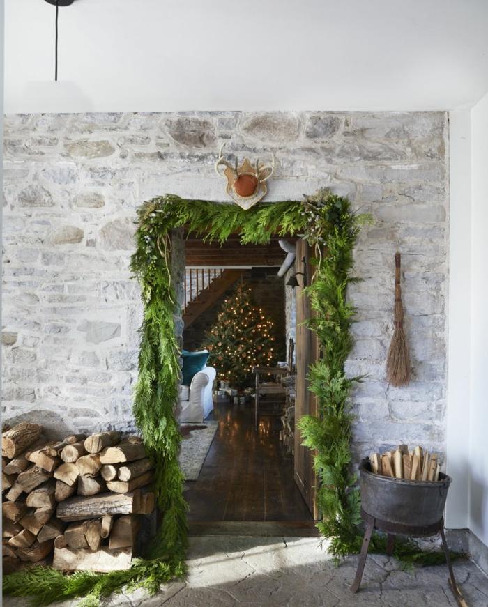 decoración en estilo rústico, guirnaldas verdes decoradas para decorar en estilo rústico, salón de piedra y madera