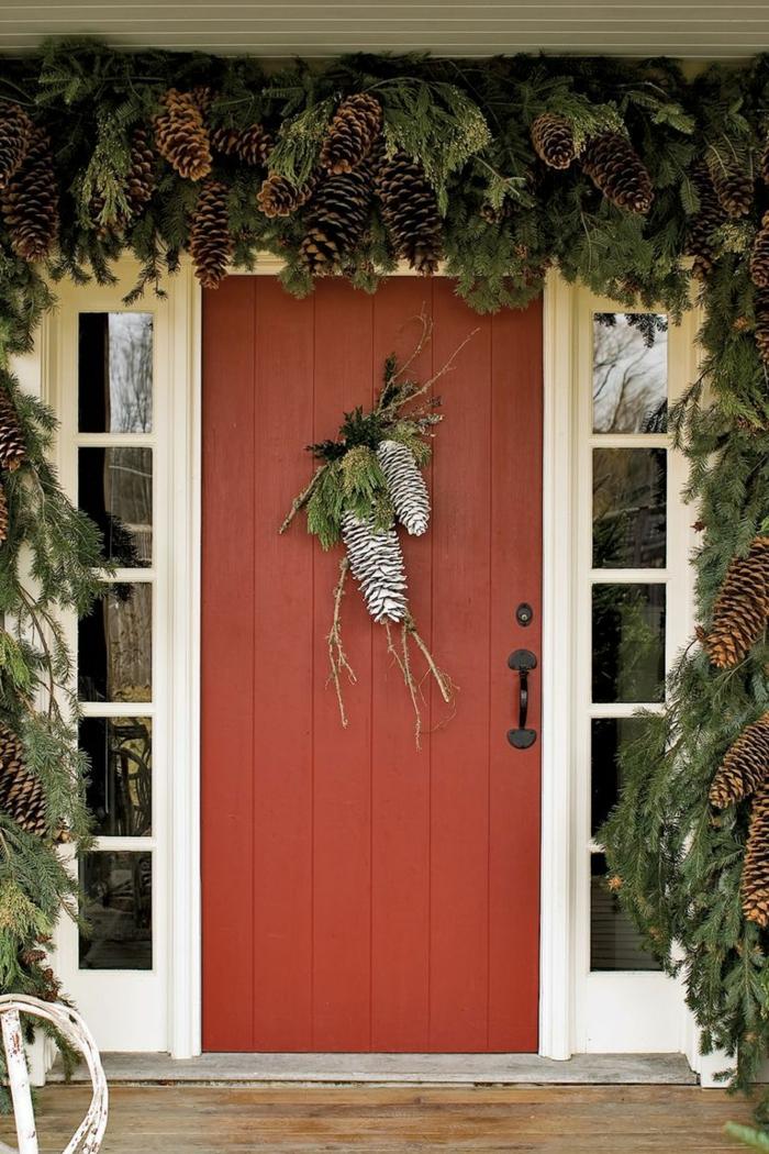 decoración con piñas de la puerta, fotos de casas decoradas en estilo rústico, adornos navideños vintage para decorar tu porche