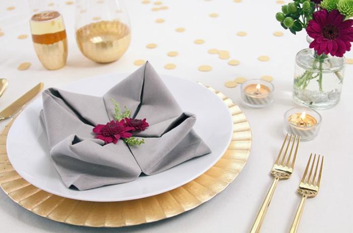 servilletas de tela sofisticadas, detalles para decorar la mesa, mesa decorada en gris y dorado, flores como elemento decorativo
