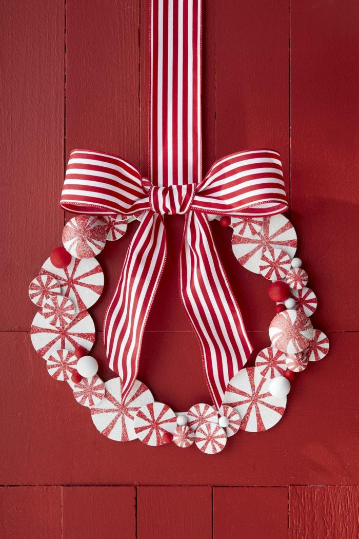 adornos navideños DIY, corona de Navidad en blanco y rojo, colores y tendencias para decorar tu puerta en diciembre