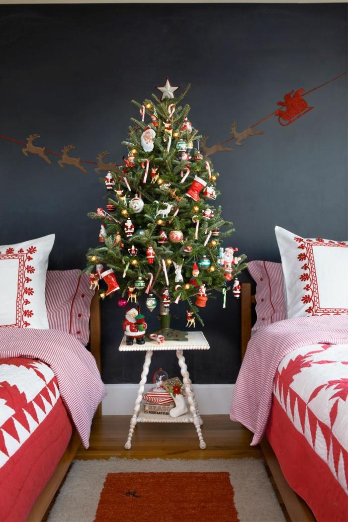 dormitorio decorado en colores oscuros, sábanas navideñas, árbol navideño bonito, guirnalda de detalles de madera en forma de reno