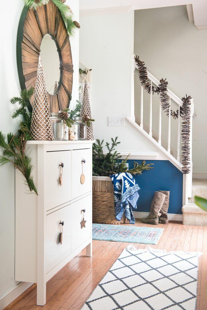 guirnaldas rústicas para decorar las escaleras, manualidades de navidad para hacer en casa y decorar en Navidad