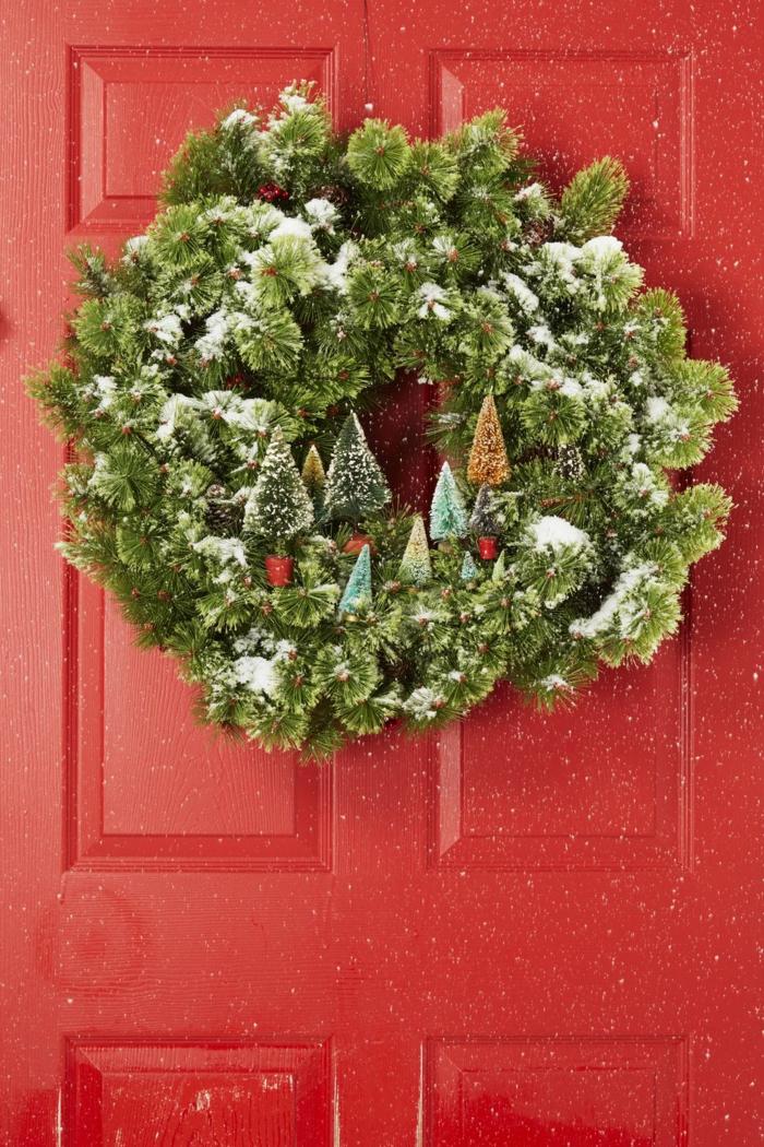 bonita corona verde colgada a la pared, decoración navideña clásicas, ideas de motivos navideños bonitos en fotos