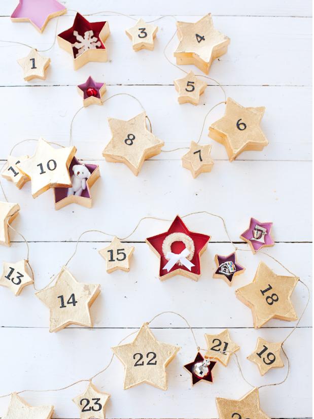 guirnalda de Navidad con cajas de cartón decoradas, calendario navideño con pequeños tratos, calendario adviento casero