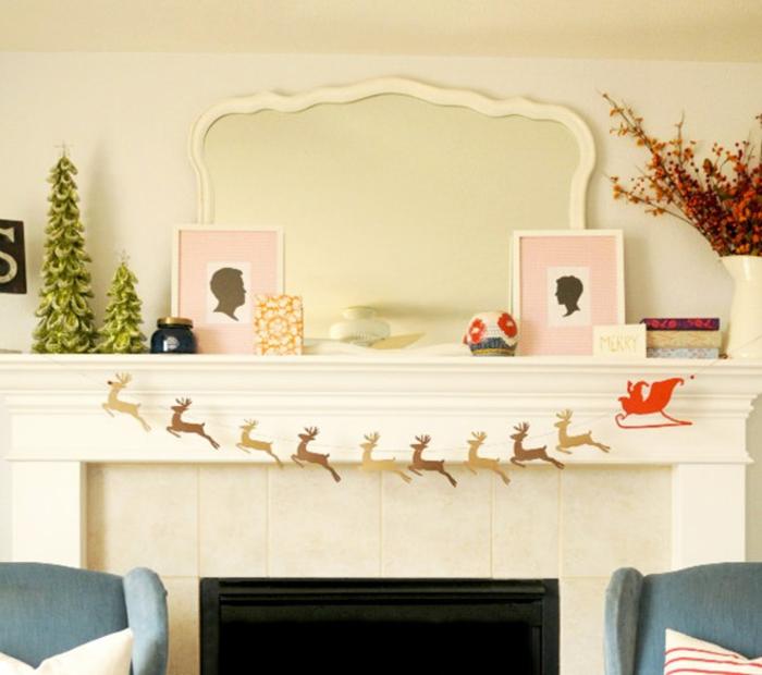manualidades para navidad originales, chimenea decorada con guirnalda de renos de madera, decoración en colores claros