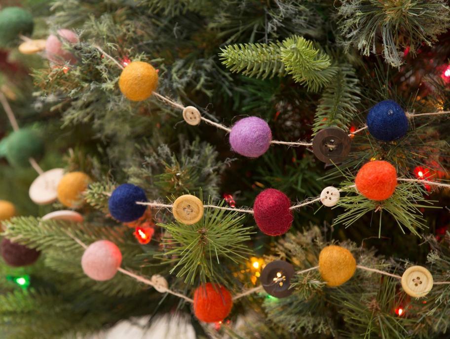 adornos navideños hechos a mano, gurinalda DIY de bolas de fieltro coloridas y botones reutilizados, guirnaldas decorativas