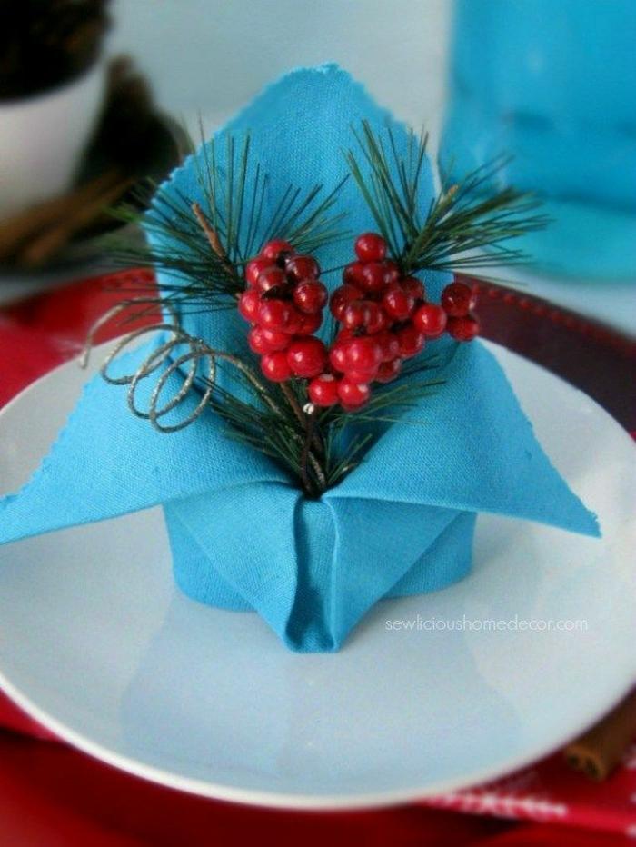 precioso adorno para la mesa hecho de una servilleta de tela color azul y pequeño adorno DIY, como doblar servilletas de tela
