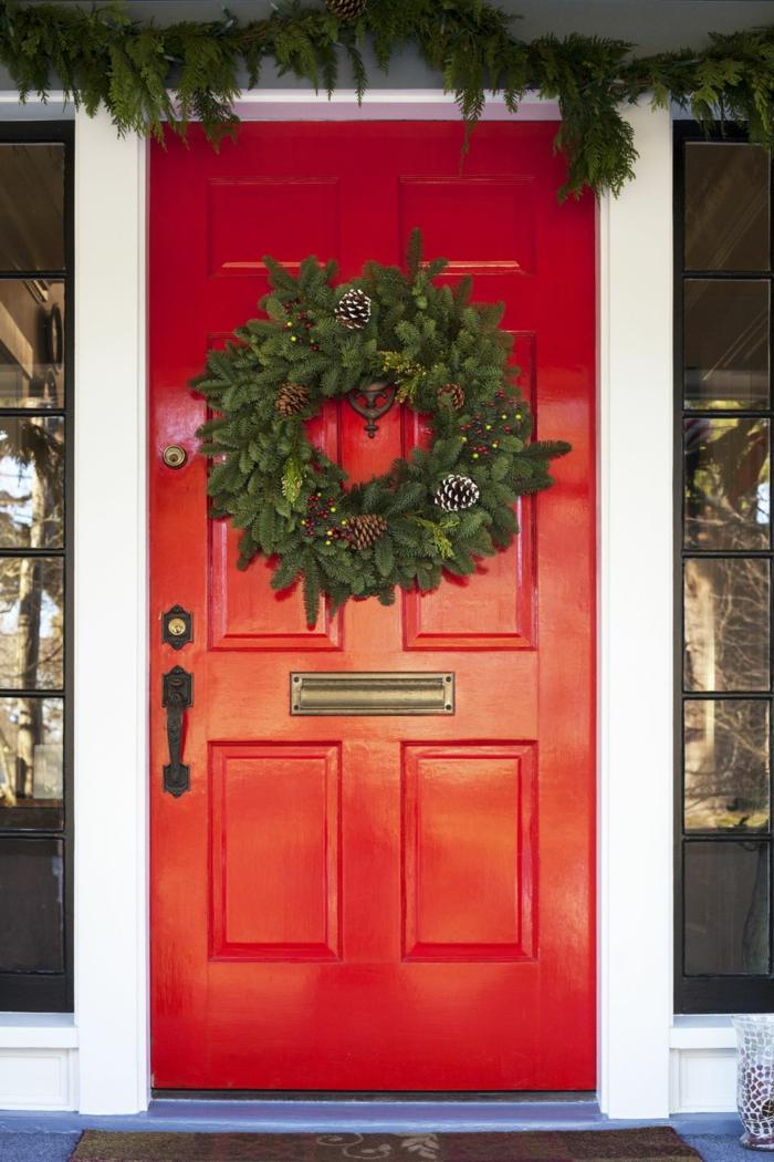 puertas decoradas en estilo clásico en Navidad, colores de Navidad típicos, bonitos ejemplos de decoracion navideña casera