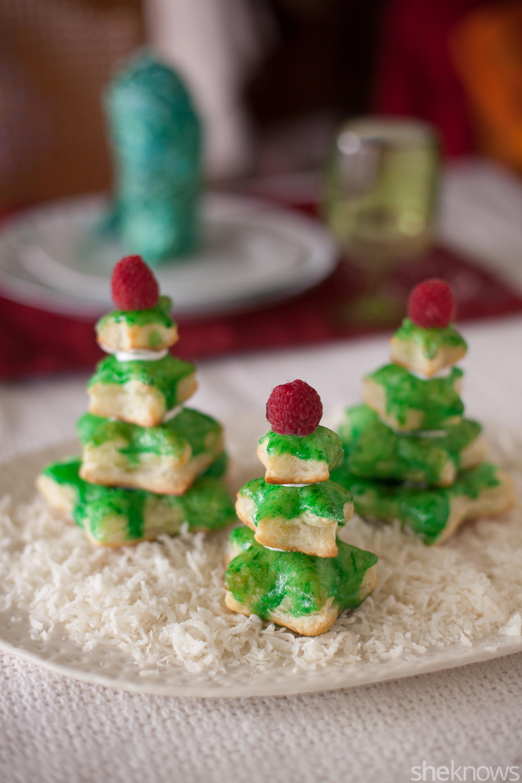mini árboles de hojaldre decorados para navidad, centro de mesa DIY con ralladura de coco y pequeños arboles de hojaldre