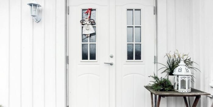 porche decorado en blanco con pequeños detalles verdes, decoracion navideña casera, originales ideas sobre cómo decorar la casa