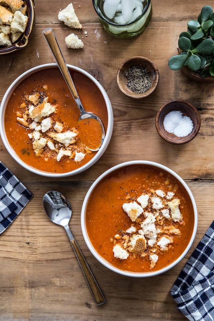 sopa de tomates con pan rústico, sal y pimienta, recetas caseras ricas y nutritivas, ideas de sopas de invierno de vegetales
