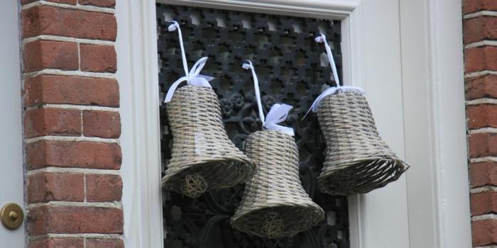 campañas hechas a mano para decorar la puerta, decoracion navideña casera en fotos, detalles de mimbre para decorar la casa