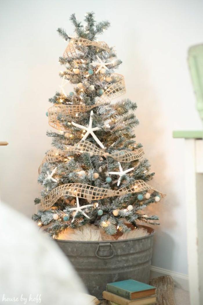 ideas sobre como adornar un arbol de navidad en fotos, árbol navideño con pequeños adornos en colores pastel y guirnalda en dorado