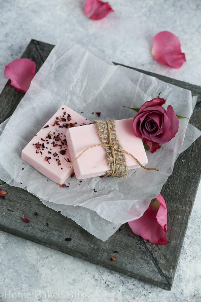 jabones caseros bonitos con pétalos de rosas, ideas de regalos para mujeres unicos, regalos dia de la madre en fotos