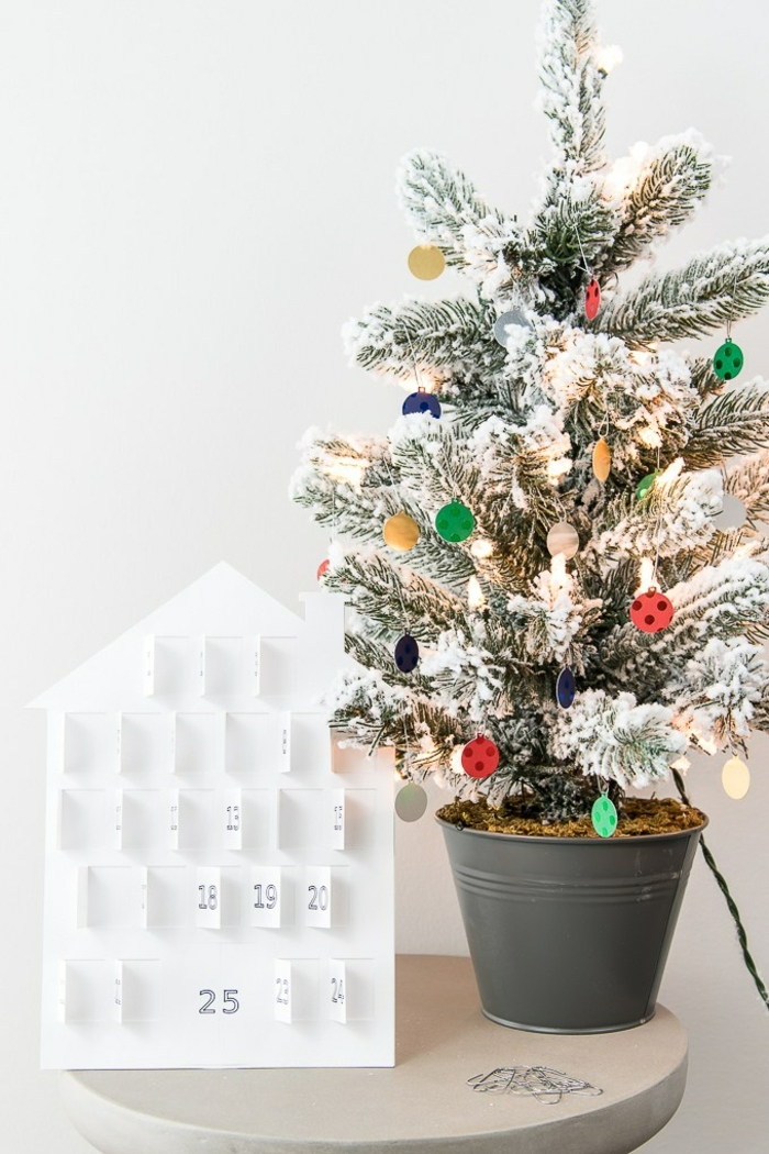 bonita decoración para la casa, calendario DIY de cartón con cifras para los números del mes, calendario de adviento casero