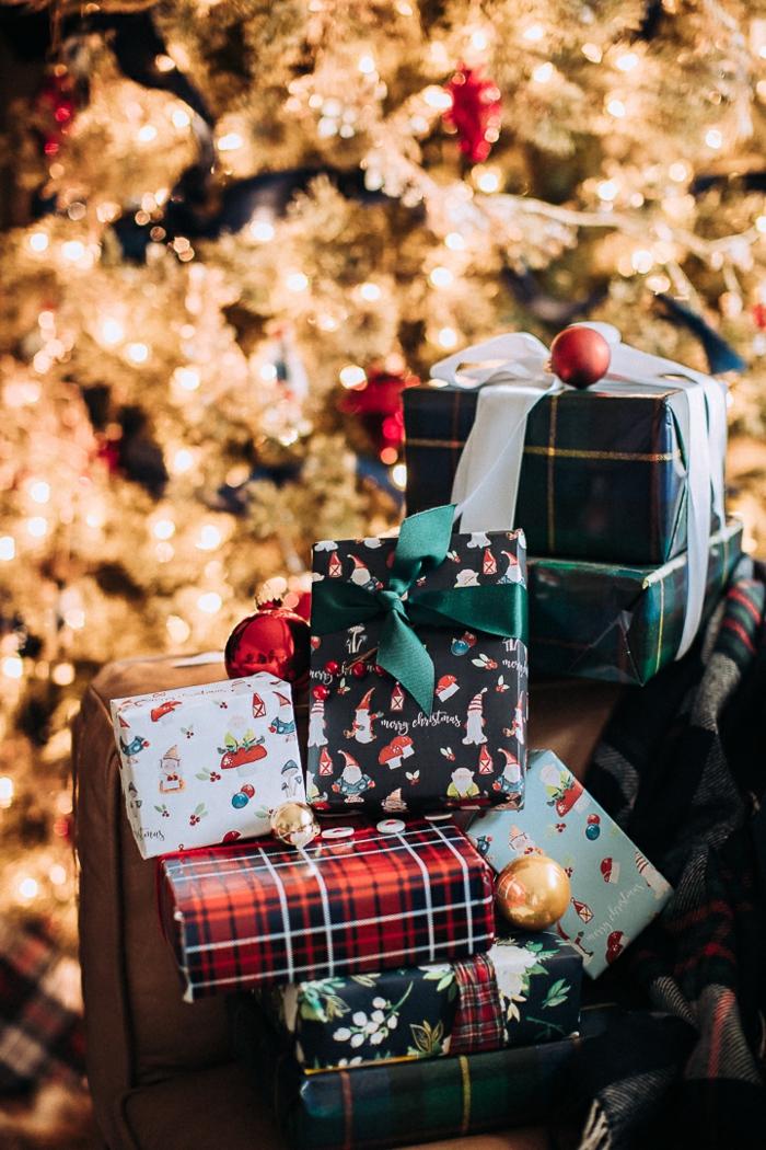 90 ideas de regalos personalizados para navidad, fotos de regalos bonitos, arbol navideño reluciente con bonitos regalos