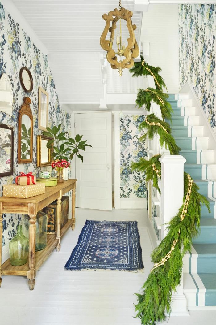 preciosas ideas para decorar el salón en una casa decorada en estilo vintage, grandes guirnaldas verdes para un toque rústico