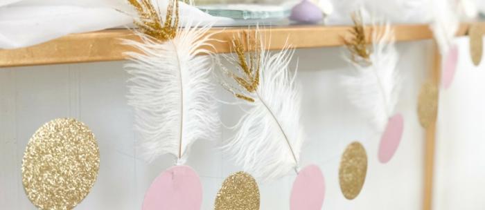 preciosos detalles para decorar la casa, guirnalda con ornamentos de papel en rosado y dorado, como hacer una corona de navidad