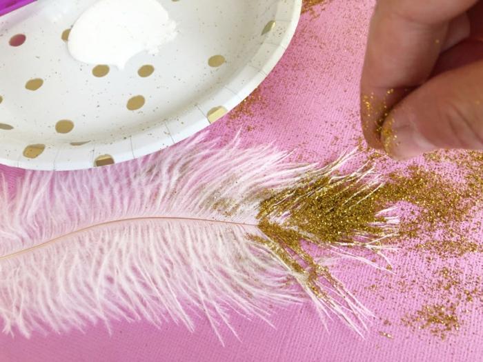 pasos para hacer una guirnalda DIY, tutoriales sobre como hacer una corona de navidad, plumas decoradas con purpurina