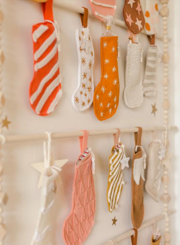 pasos para hacer manualidades originales y fáciles de hacer, calendario de adviento personalizado, botas de navidad de tela