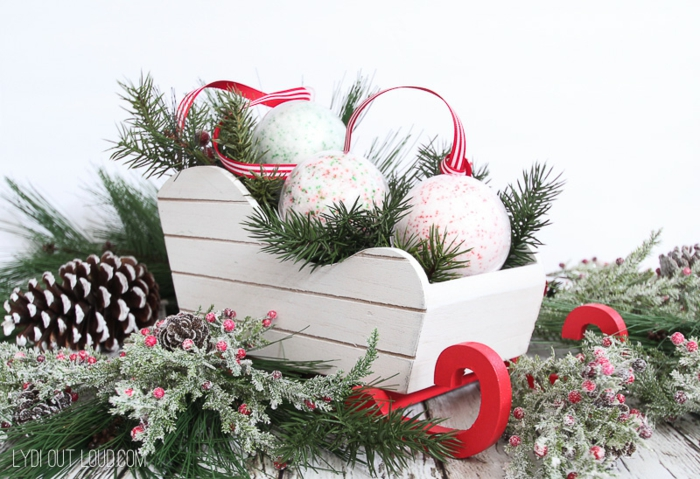 alucinantes ideas de manualidades navideñas para regalar, bombas de baño caseras con asperjas en los colores de navidad